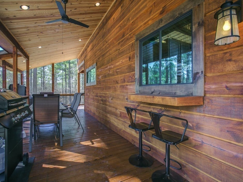 A-little-knotty-deck dining